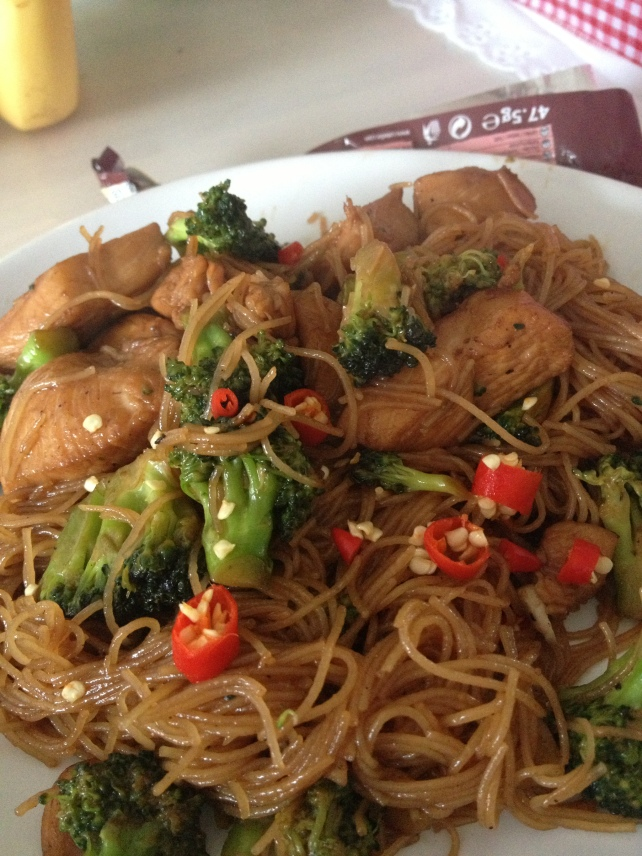 Fried Bee Hoon with Diced Chicken & Broccoli!